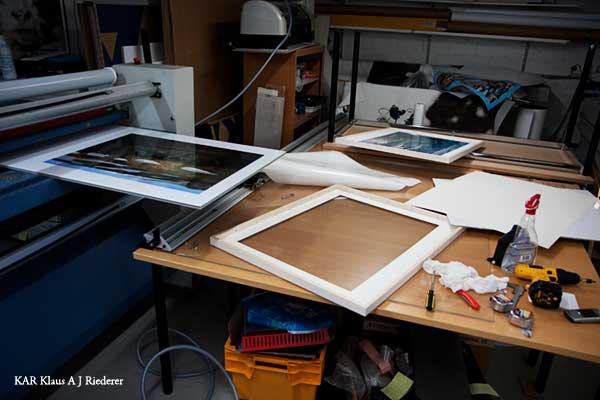 Pigmenttivedostaminen valokuvapaperille, paspan leikkaus & museolasikehystäminen, 05/2009