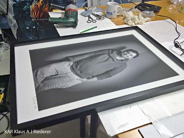 Museokelvot valokuvateokset: pigmenttivedos, mattalasikehys vitriinilistalla, Peter Forsgard, 11/2011