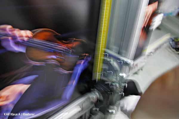 Valokuvanayttelyn valmistaminen Oopperalle: pigmenttivedostaminen KAPA-Mount pohjustaminen, Kansallisoopperan orkesteri 50 vuotta, 08/2013