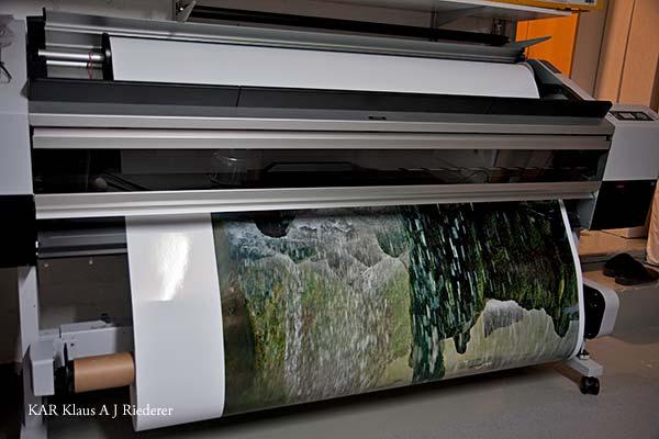 Pigmenttivedosten pohjustaminen alumiinikomposiitille ja kiiltokuumalaminointi